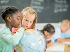 Twee meisjes zoeken locatie op wereldbol