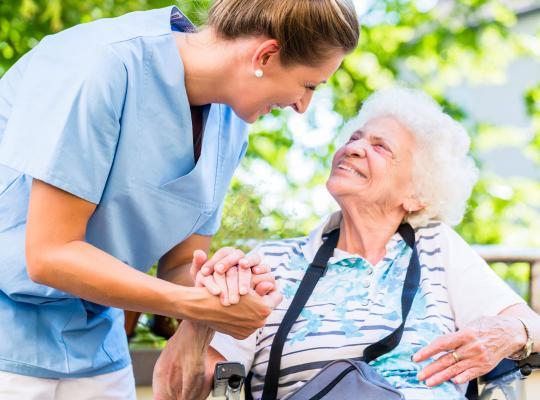 oude vrouw met verpleegster